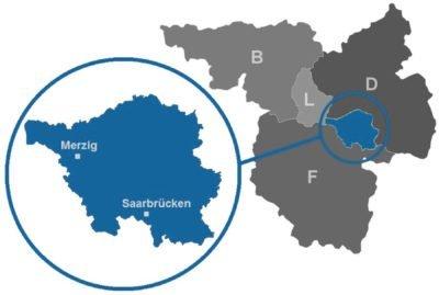 Die Grafik zeigt die Lage des Saarlands im Dreiländereck Deutschland, Luxemburg und Frankreich. Auch Belgien ist eingezeichnet. Das Saarland ist darauf farbig in blau hervorgehoben. In eine Lupenansicht wird das Saarland daneben vergrößert als blaue Fläche dargestellt, wobei Merzig in seiner nordwestlichen Lage im Saarland sowie Saarbrücken im Süden des Saarlandes eingezeichnet sind.